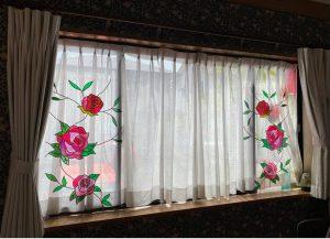 窓ガラスにグラスアート(カーテンをかけた))