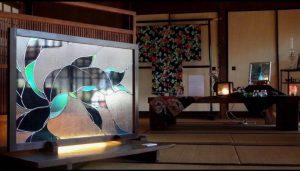 古民家カフェ玄関のグラスアート衝立